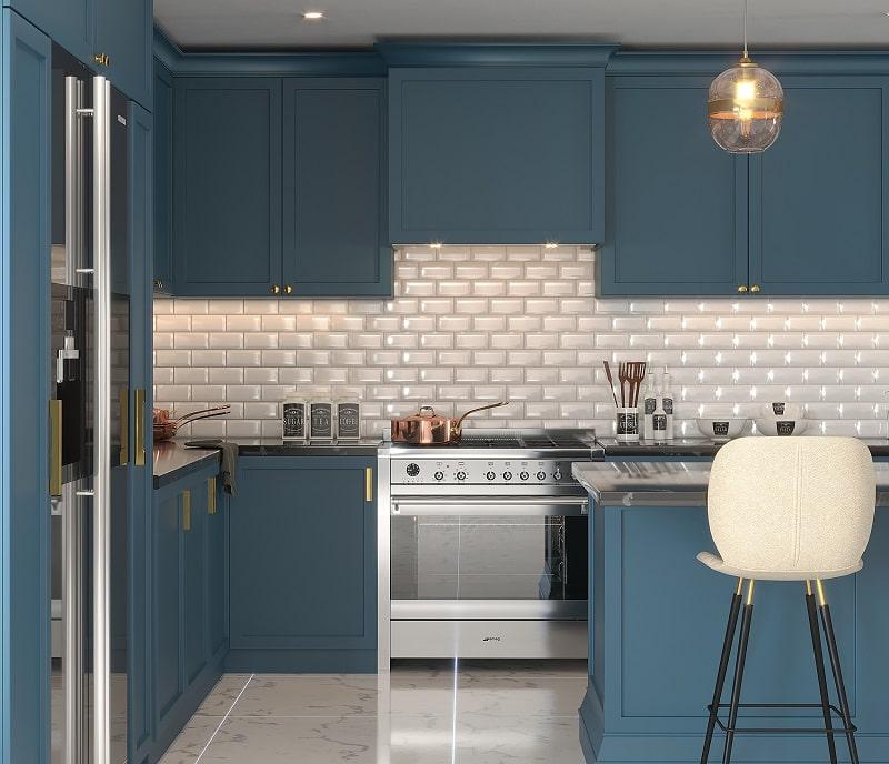گوشه ای از آشپزخانه با جزیره با کابینت نئوکلاسیک آبی